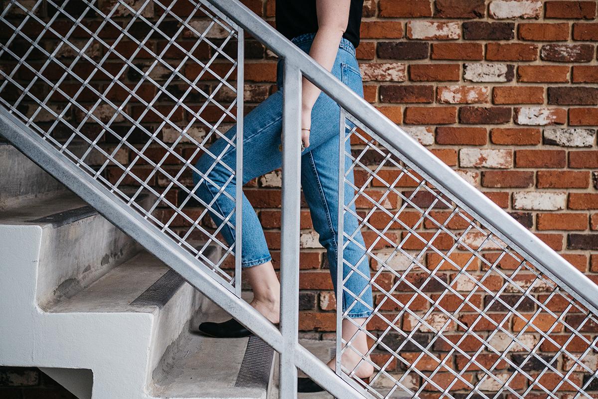 Kvinde der går op ad trapper på arbejde