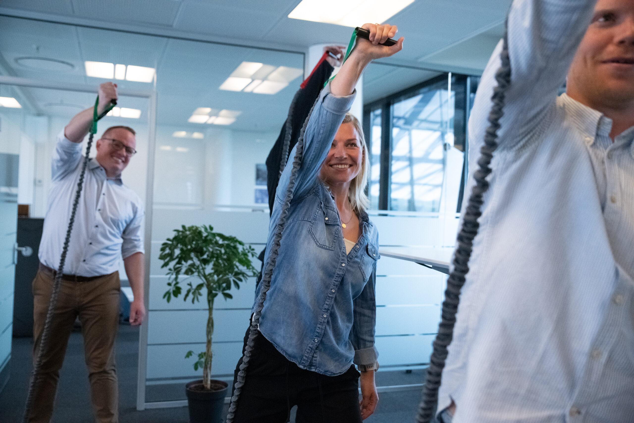 Medarbejdere, der bevæger sig i arbejdstiden med OfficeFit-udstyr